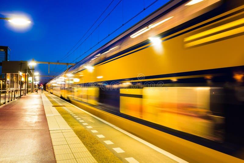 Treno olandese che lascia la stazione di Amersfoort Vathorst immagine stock libera da diritti
