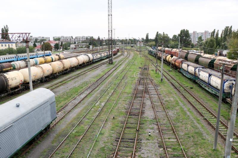 Treno passeggeri ad alta velocità nel moto sulla ferrovia al tramonto Treno pendolare vago immagini stock libere da diritti