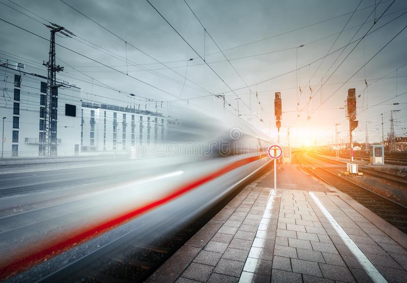 Treno passeggeri ad alta velocità sul binario ferroviario nel moto fotografie stock