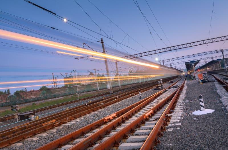Treno passeggeri ad alta velocità sul binario ferroviario nel moto fotografie stock libere da diritti