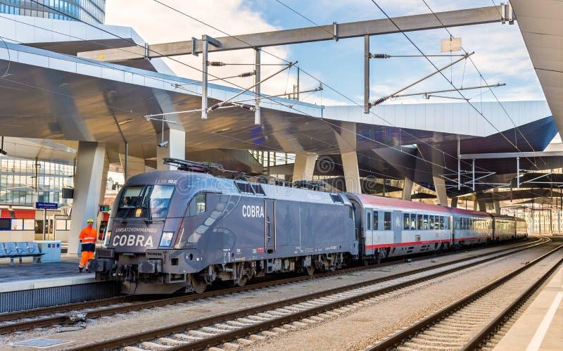Treno passeggeri alla stazione di Wien Hauptbahnhof immagini stock