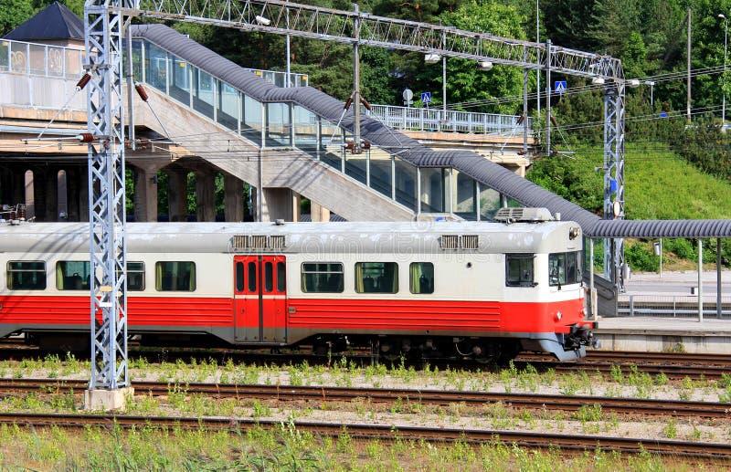 Treno passeggeri alla stazione ferroviaria fotografie stock libere da diritti