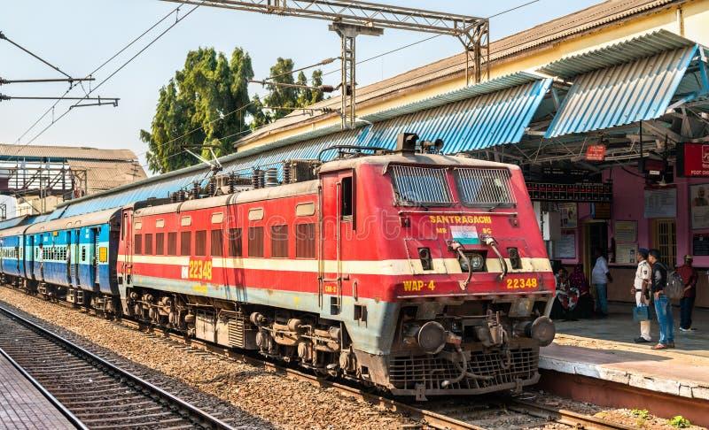 Treno passeggeri alla stazione ferroviaria della giunzione di Jalgaon immagini stock libere da diritti