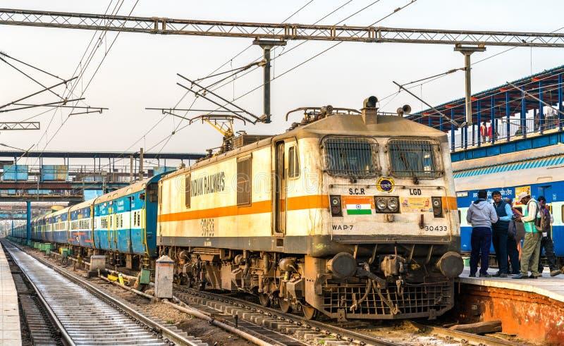Treno passeggeri alla stazione ferroviaria di Nuova Delhi L'India immagini stock libere da diritti