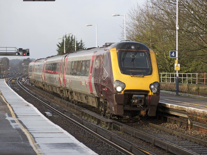Treno passeggeri che si avvicina ad una stazione Regno Unito immagine stock