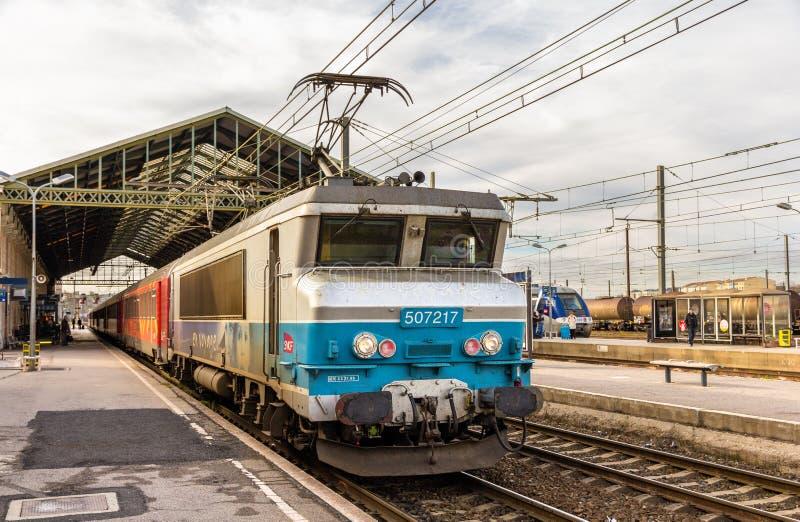 Treno passeggeri trasportato in locomotiva elettrica fotografie stock libere da diritti
