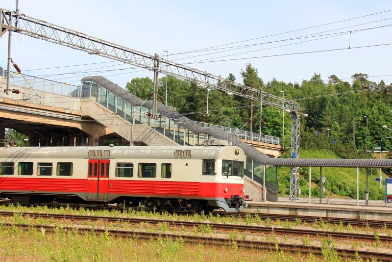 Treno pendolare ad una stazione ferroviaria immagine stock libera da diritti