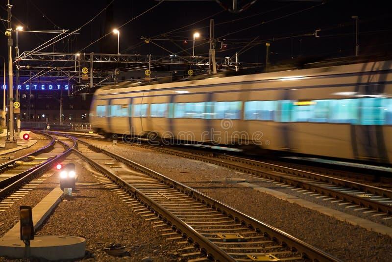Treno pendolare con la sfuocatura di movimento fotografia stock