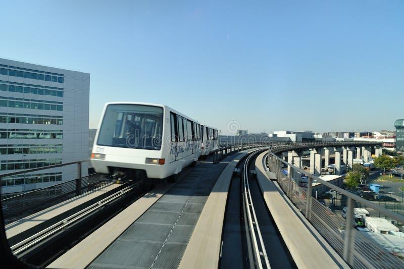 Treno per i passeggeri in aeroporto fotografia stock