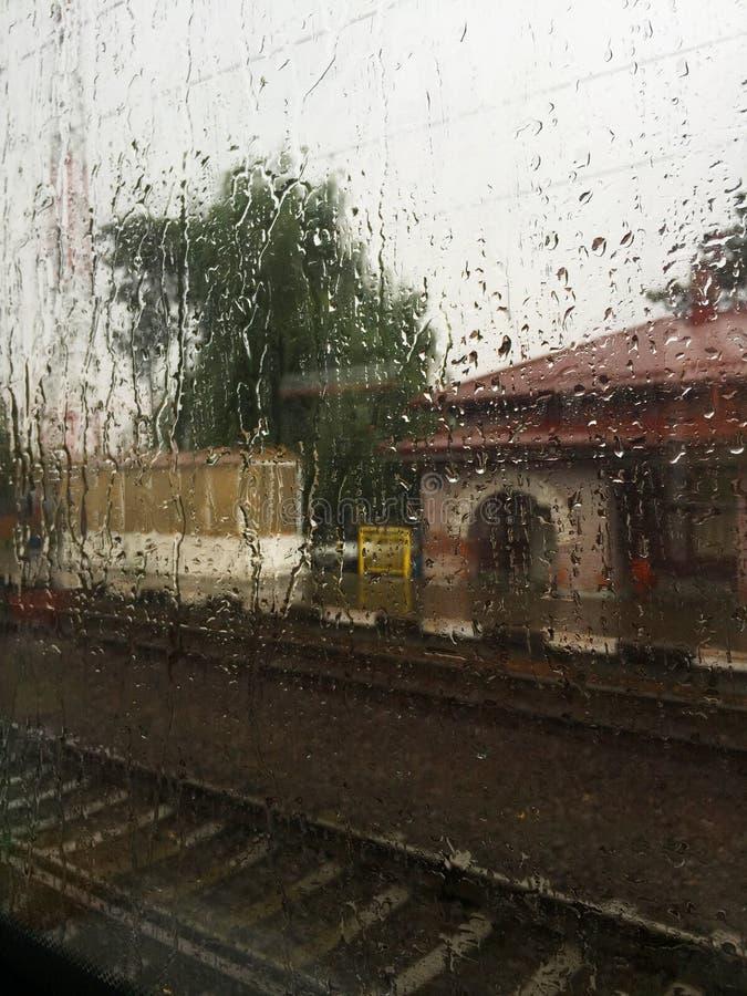 Treno piovoso immagine stock