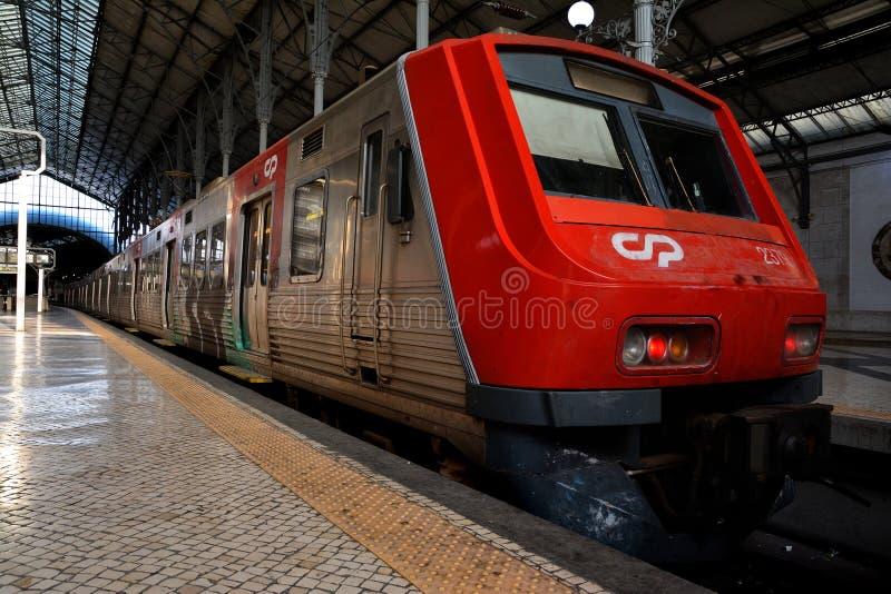 Treno rosso che wainting nella stazione ferroviaria di Rossio, Lisbona fotografia stock libera da diritti