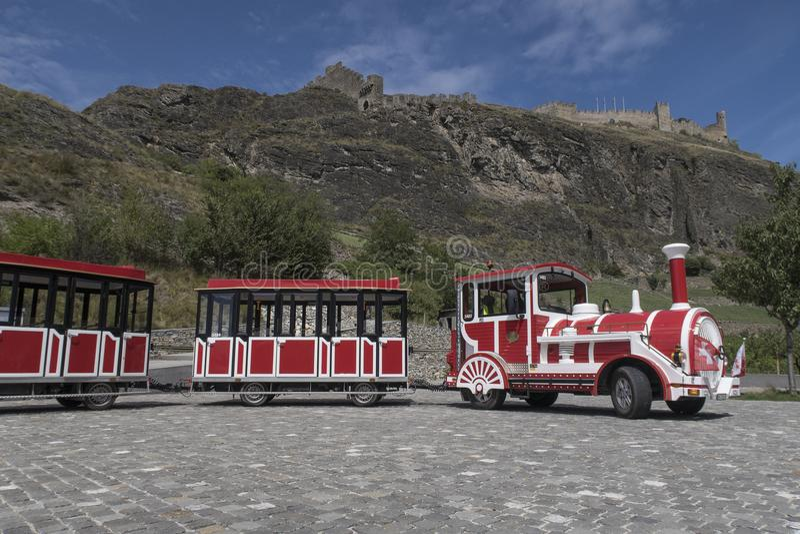 Treno rosso e bianco di turismo nella città Sion in Svizzera fotografie stock libere da diritti