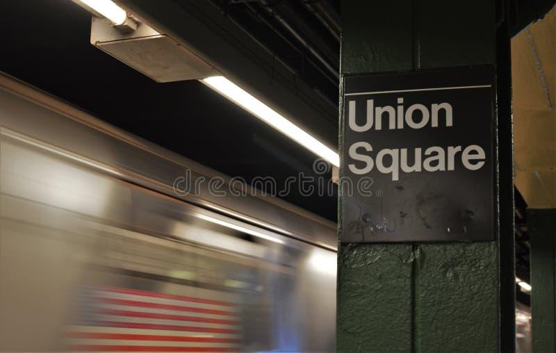 Treno sotterraneo del metropolitana di new york di Union Square che arriva alla stazione del centro di NYC fotografia stock libera da diritti