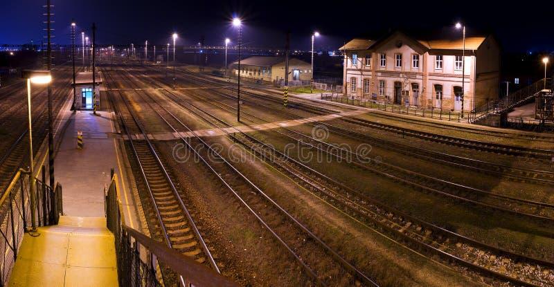treno storico della stazione di notte immagini stock