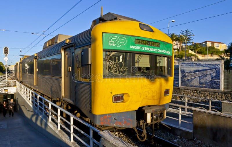 Treno suburbano alla stazione ferroviaria di Oeiras, Lisbona, Portogallo immagine stock libera da diritti