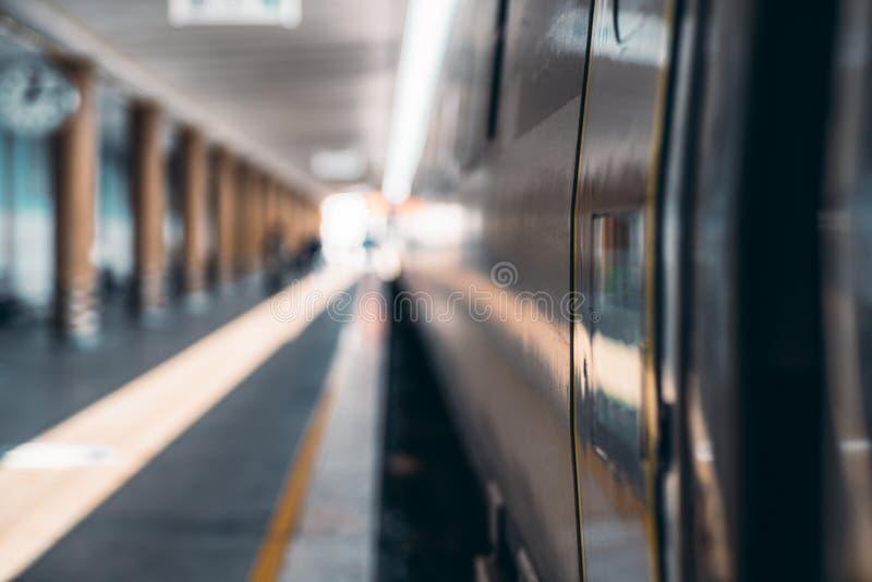 Treno suburbano sul binario immagini stock libere da diritti