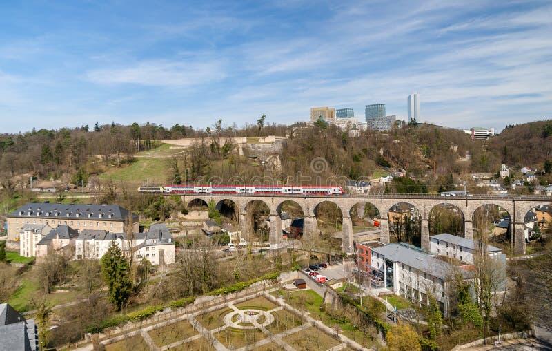 Treno sul viadotto a Lussemburgo immagine stock libera da diritti
