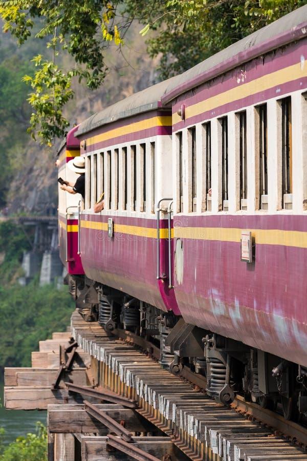 Treno sulla ferrovia di morte sopra il fiume Kwai fotografie stock libere da diritti