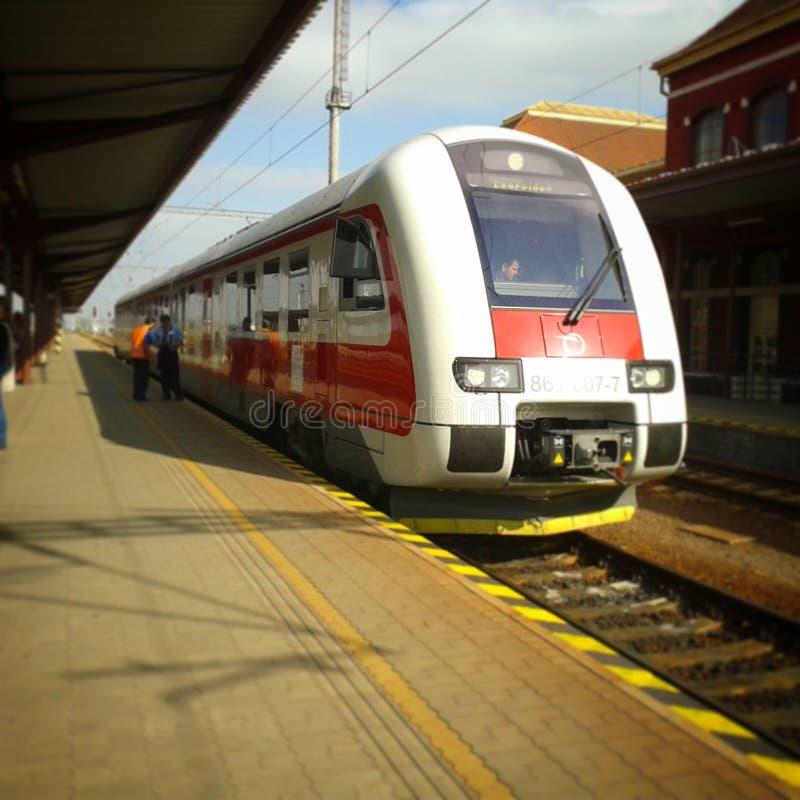 Treno sulla stazione immagini stock