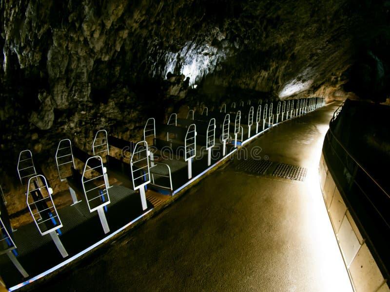 Treno turistico in caverna di Postumia fotografia stock libera da diritti