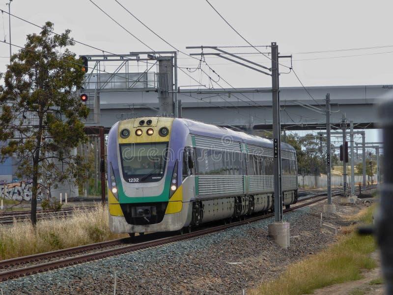 Treno V/line Velocity in prossimità di Somerton Melbourne Australia fotografia stock