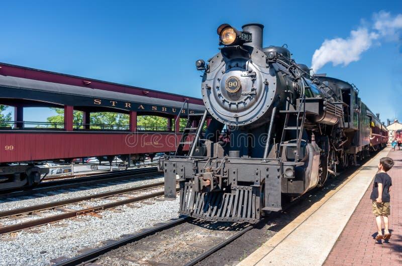 Treno a vapore alla stazione in Strasburg, PA, U.S.A. immagini stock