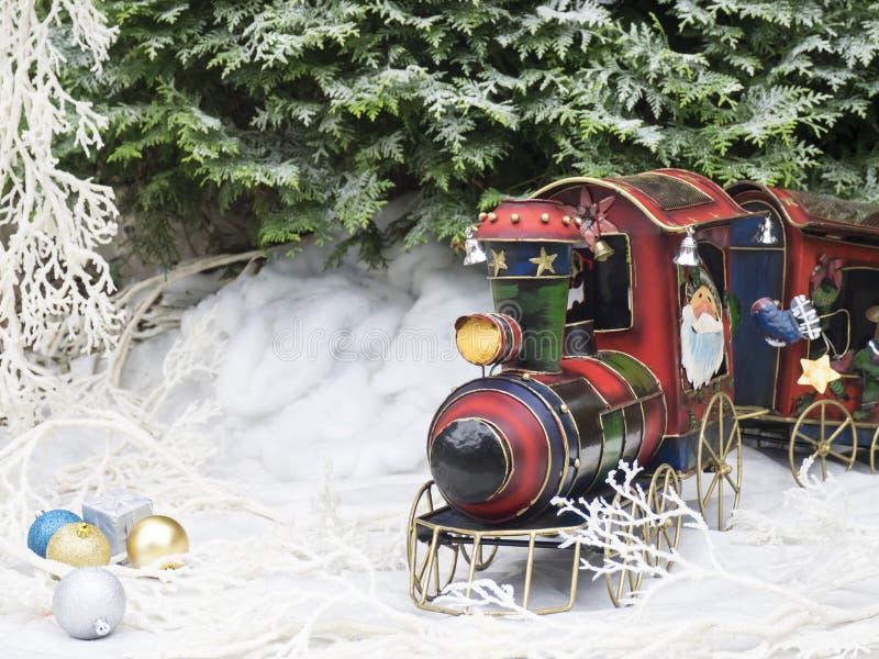 Treno a vapore del giocattolo di Natale nella foresta di inverno fotografia stock libera da diritti