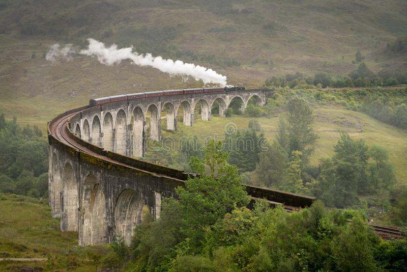 Treno a vapore di Jacobite, a k a Hogwarts preciso, passaggi Glenfinnan fotografia stock libera da diritti