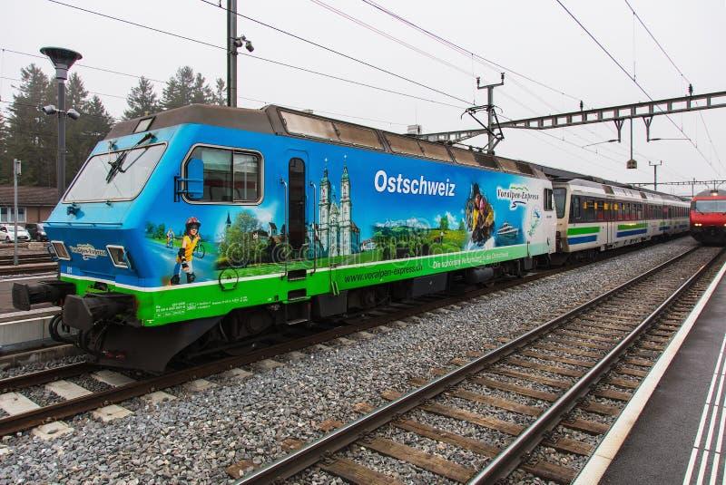 Treno Voralpen-preciso in Svizzera immagini stock
