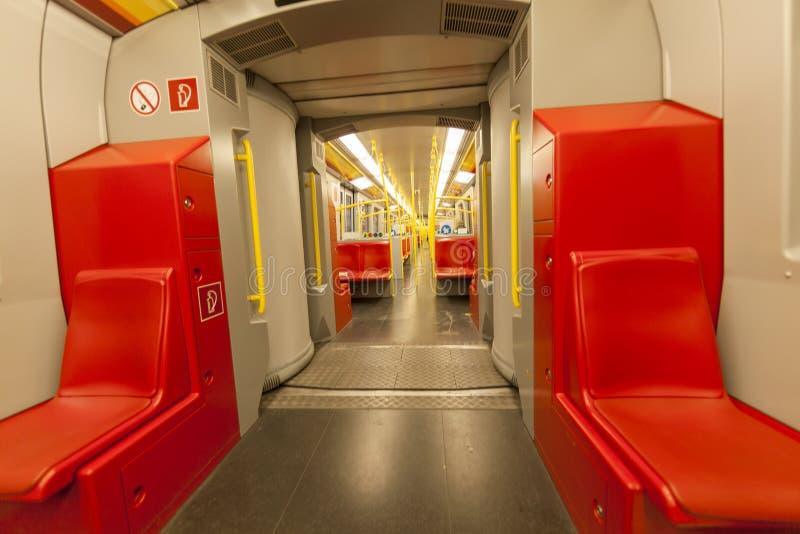 Treno vuoto interno con i sedili rossi, trasporto della metropolitana della città fotografia stock libera da diritti