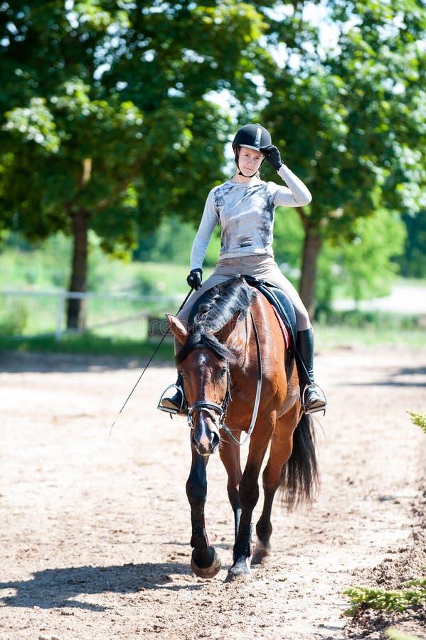 Trenować kończy Dziewczyna jedzie konia przy equestrian szkołą zdjęcie stock