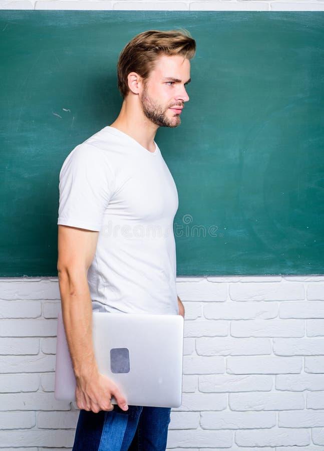 Trenować przez online kursów lub webinar tylna szko?y Szko?a biznesu edukacja online studencki mężczyzna przy e uczenie fotografia royalty free
