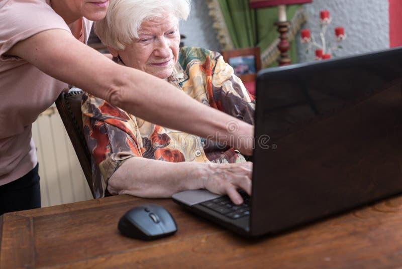 Trenować stara osoba nowe technologie obraz royalty free