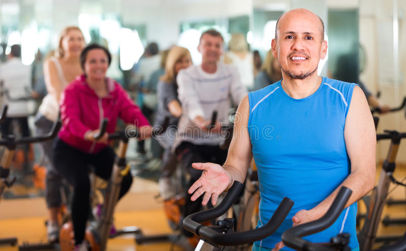 Trenować w sporta klubie na sprawność fizyczna cyklu obraz stock