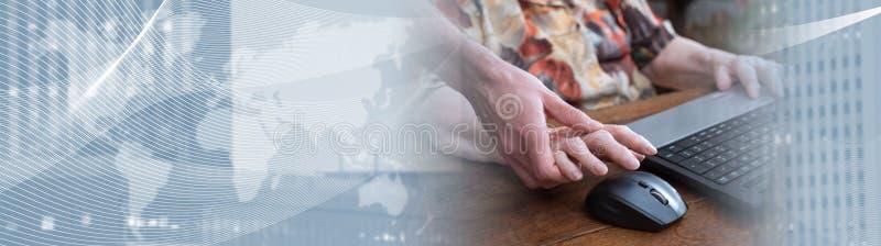 Trenowa? stara osoba nowe technologie sztandar panoramiczny zdjęcia stock