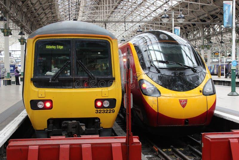 Trens bondes na estação de Manchester Piccadilly fotografia de stock royalty free