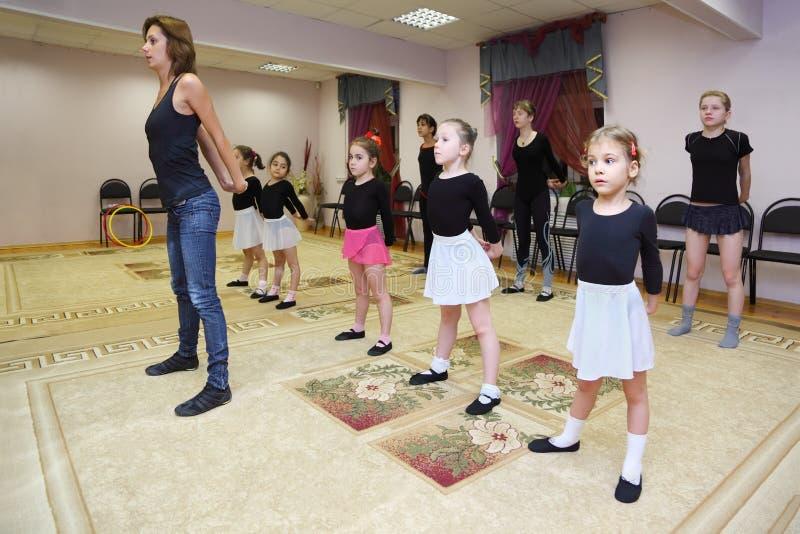 Trens das meninas com professor do bailado foto de stock