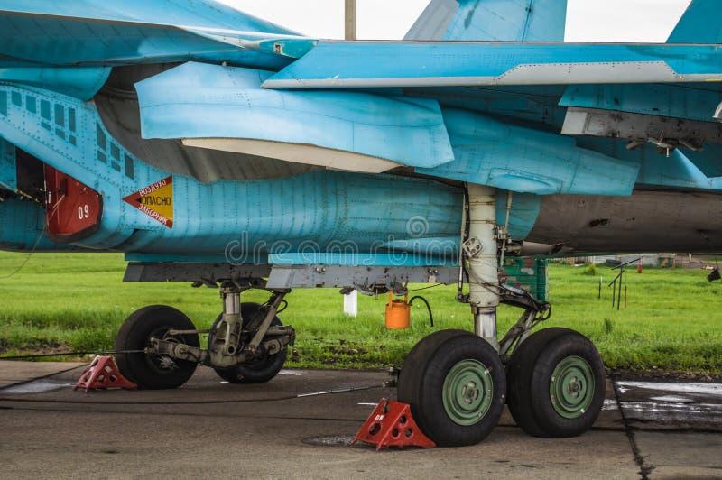 Trens de aterrissagem e outros detailes dos planos militares Su-34 do bombardeiro de lutador fotos de stock royalty free