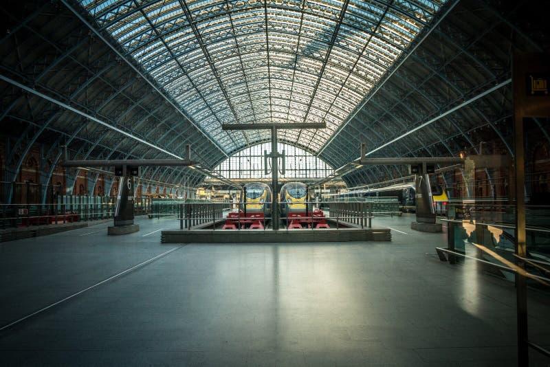 Trens de Eurostar na estação de St Pancras em Londres fotos de stock royalty free