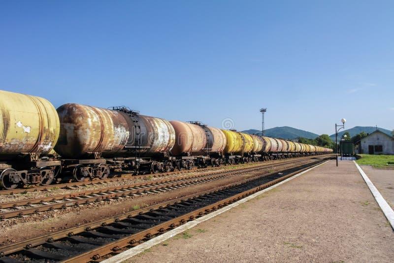 Trens de mercadorias Trem de estrada de ferro dos carros do petroleiro que transportam o petróleo cru nas trilhas fotos de stock