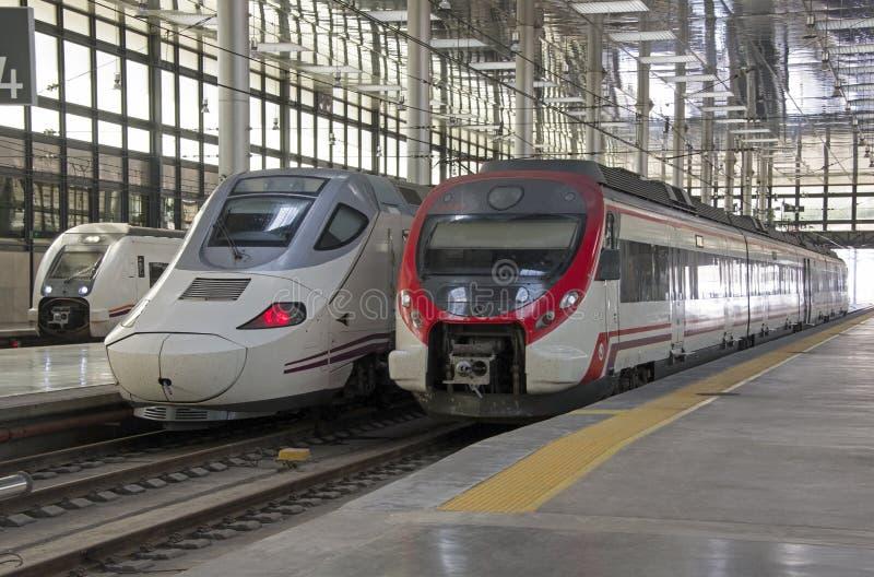 Trens de passageiros em uma estação foto de stock