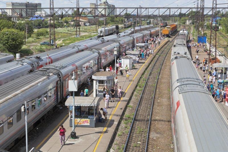 Trens de passageiros na estação de trem de Rossosh da região de Voronezh imagens de stock royalty free