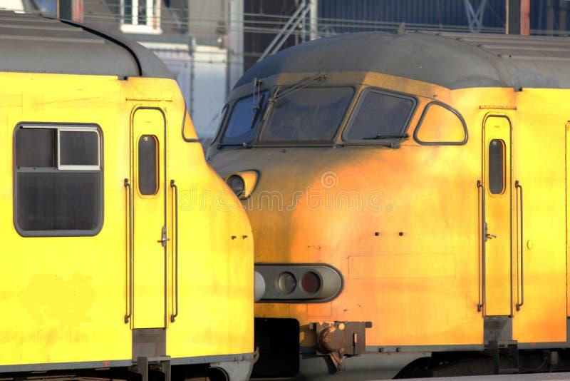 Trens do amarelo que saem da estação fotografia de stock royalty free