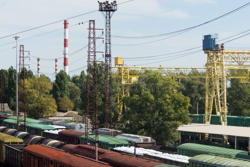 Trens dos carros de frete que estão na estação, vista superior imagens de stock