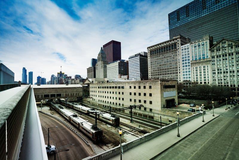 Trens e trilhos na estação do centro de Chicago fotografia de stock royalty free