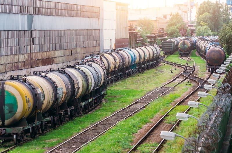 Trens longos de um trem dos reservatórios com fuel-óleo em uma estrada de ferro fotografia de stock royalty free