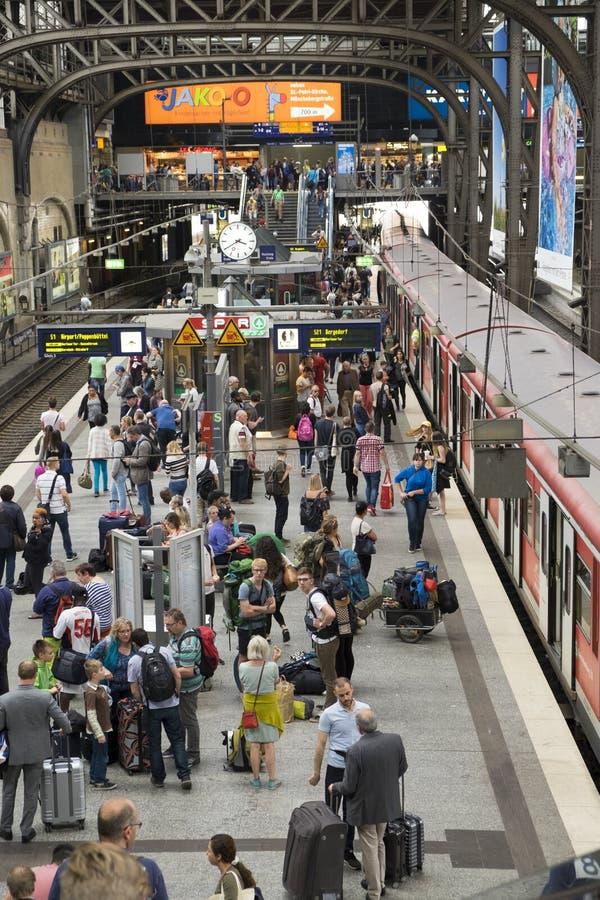 Trens na estação principal do ` s de Hamburgo imagem de stock royalty free