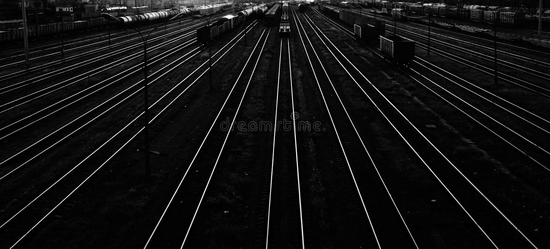 Trens no fundo preto e branco da estação de trem fotografia de stock royalty free