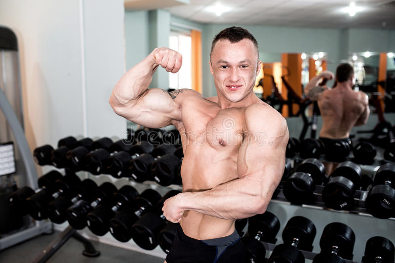Trens poderosos do homem no gym imagem de stock royalty free