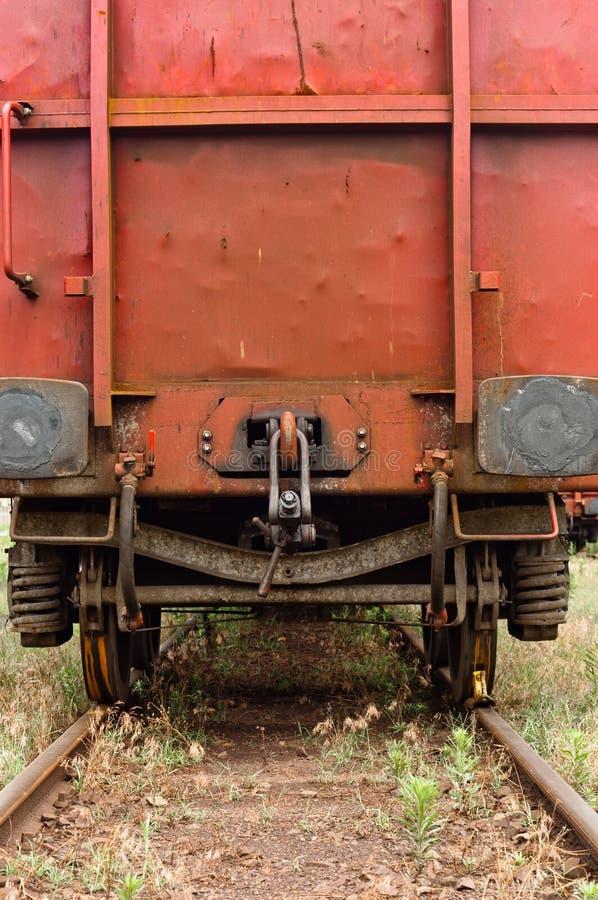 Trens velhos que estacionam em trainstation fotografia de stock